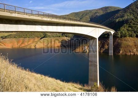 Ponte sobre o reservatório de baixo
