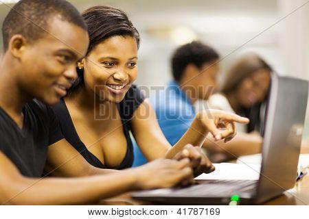 African american College-Studenten, die mit Laptop-computer