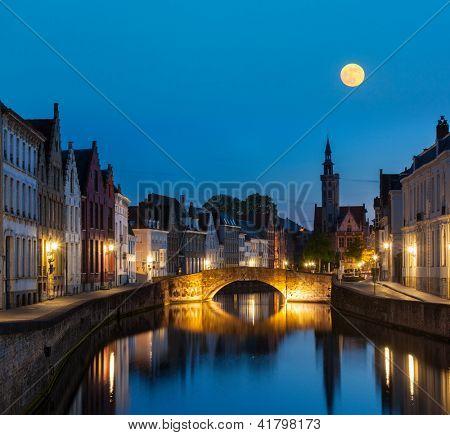 Fundo de exibição noite Europeia medieval cidade - canal de Bruges (Brugge) à noite, Bélgica