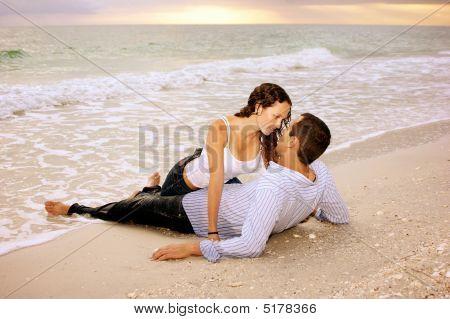 nass Liebhaber am Strand bei Sonnenuntergang