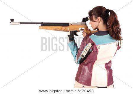 Mulher apontando um Rifle de ar pneumático