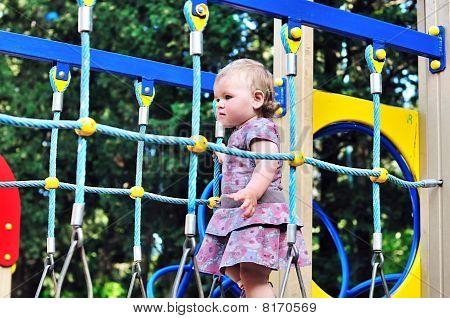 Baby auf Spielplatz