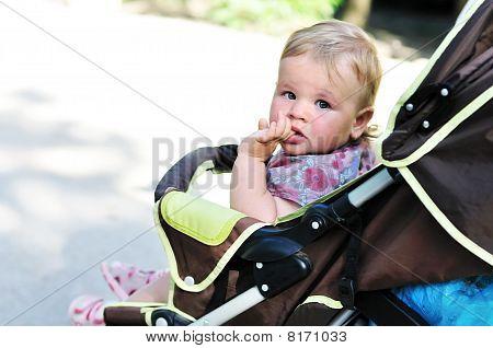 Baby Girl in den Kinderwagen