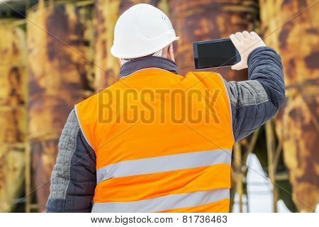 Building inspector start filmed with tablet PC