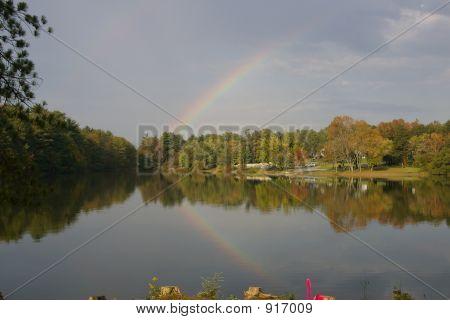 Duplo arco-íris no doce seta Lago