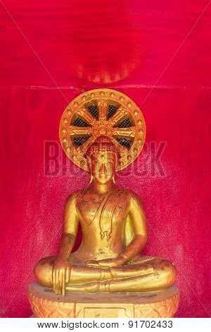 the sitting gold buddha statue