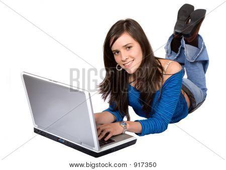 Lässig Mädchen auf einem Laptop