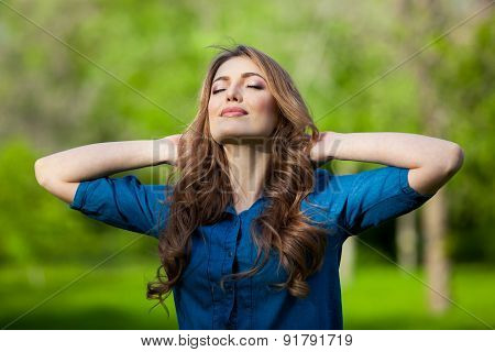 Free Happy Woman Enjoying Nature. Outdoor. Freedom concept. Beauty Girl over Sky and Sun. Sunbeams