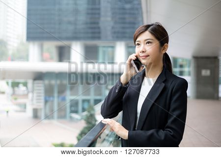 Business woman talk to mobile phone