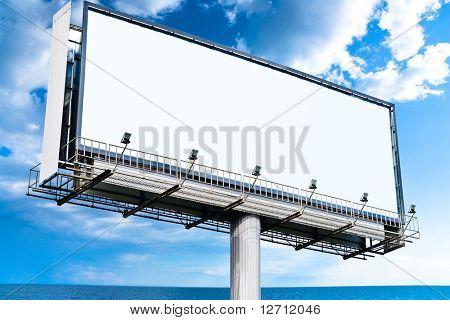 Cartelera de Mega en blanco en el cielo