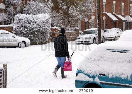 Frau im Schnee eine Tragetasche