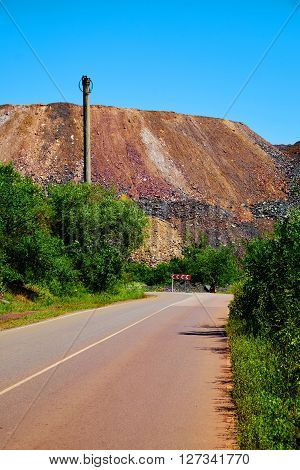 Road near massive dump of depleted iron ore