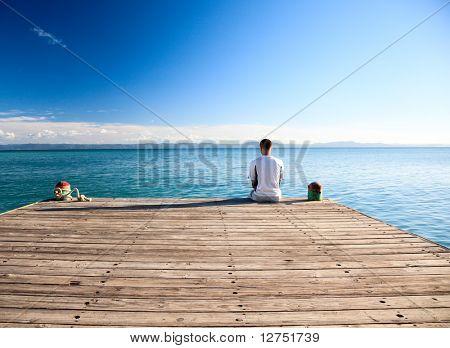 jovem relaxar localização no cais