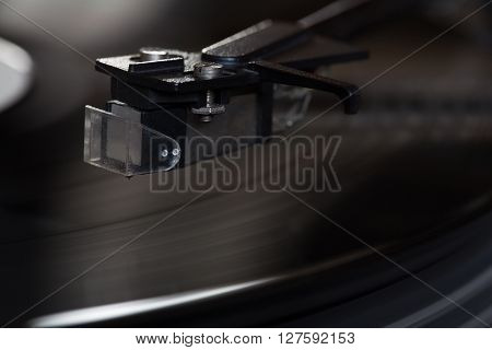 Vinyl player with rotating disk and head