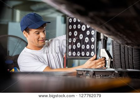 Mechanic Adjusting Wheel Aligner