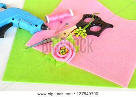Brooch flower felt, scissors, glue gun, thread, needle, pins - set of creativity