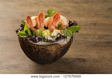Shrimp with salad and mango in coconut.