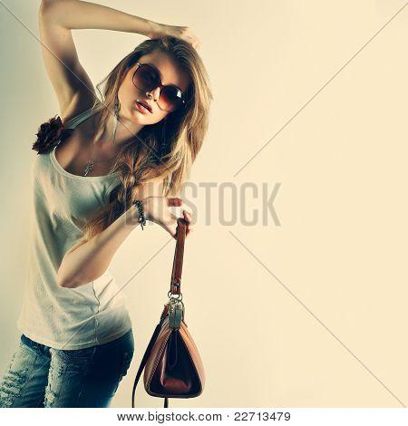 Uma foto da menina bonita é no estilo de moda