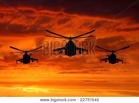 silhueta de mi-24 helicópteros militante no nascer do sol