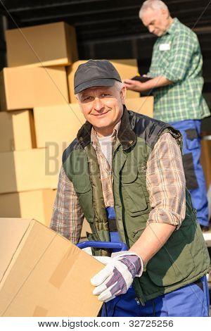 Hombre mover carga van con servicio de entrega de la caja de cartón