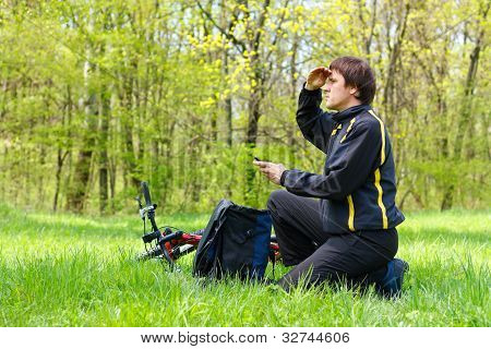Ciclista hombre buscando la dirección de la ruta por Gps