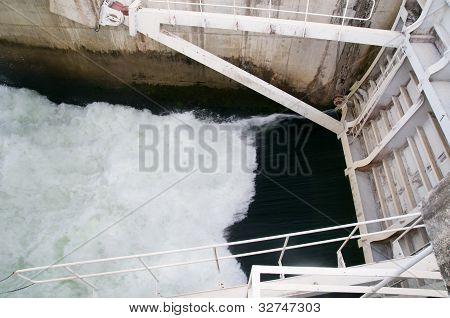 Compuerta en el depósito de agua