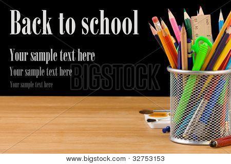 regreso a la escuela el concepto y oficina fuentes aislada sobre fondo negro
