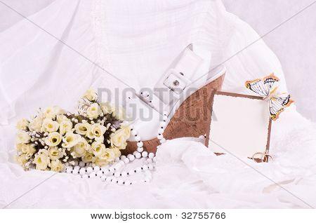 Añadir los zapatos de novia hermosos, cordón y anillos de boda con banner