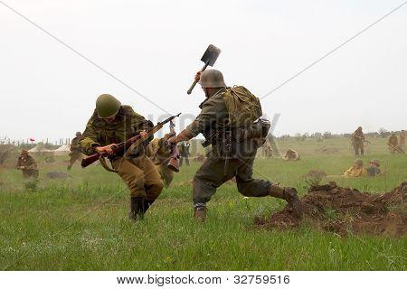 Odessa, Ucrania - 6 de mayo: Los miembros de la historia militar del Club alemán y ruso soldados en