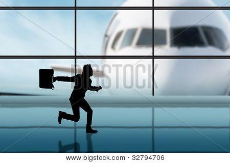 Empresario corriendo en el aeropuerto