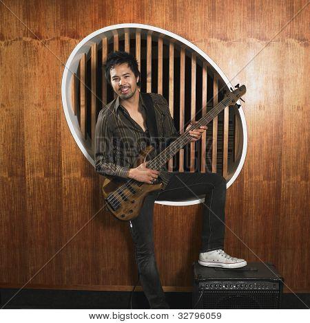 asiatischer Mann Betrieb e-Gitarre