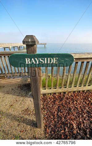 Sinal de Bayside perto de um Pier sobre a água