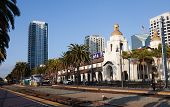 SAN DIEGO, CALIFORNIA - 6 de FEB: Tren de Amtrak una tira en la estación