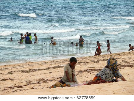 Pemba, Mozambique - 5 Desember 2008: Group Of People Sunbathing On The Beach And Swimming In The Oce