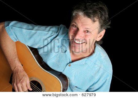 Grinsender Gitarrist