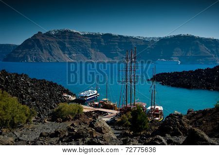 The port on the volcanic island named Nea Kameni.