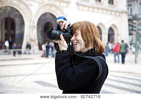 Young Boy Likes Fotography Even When His Arm Is In Blast Due To Broken Hand, He Is Enyoing