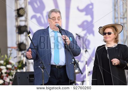 ST. PETERSBURG, RUSSIA - JUNE 4, 2015: Chief keeper of Russian Museum Ivan Karlov and chief garden keeper Olga Cherdantseva during the festival Emperor's Gardens of Russia