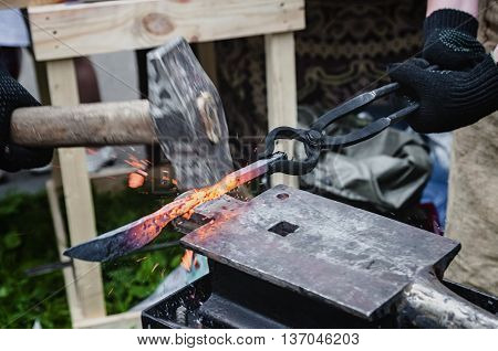 Forging of metal products on the anvil with shallow depth of field