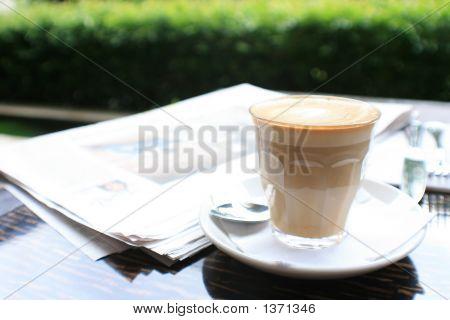Taza de café con periódico en mesa