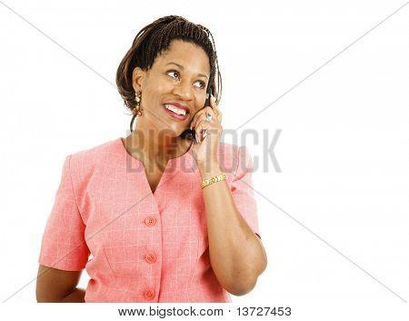 Bela mulher afro-americana, falando em seu telefone celular.  Isolado no branco.