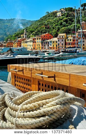 Portofino port and commode with skein of rope