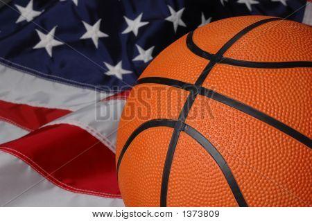 Baloncesto con bandera americana