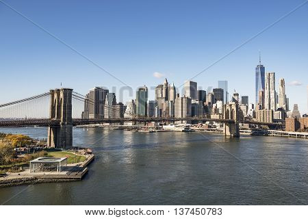 Brooklyn Bridge and the downtown Manhattan seen in a bright day.