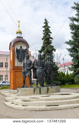 Monument to defenders Yelets installed on Red Square in 1996 in honor of the 850th anniversary of the founding of the city. It symbolizes the unity of generations of Fatherland defenders. Sculptor Kravchenko. 3 meters high stood the prince symbolizing cou