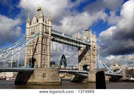 London Bridge con el horizonte de la ciudad