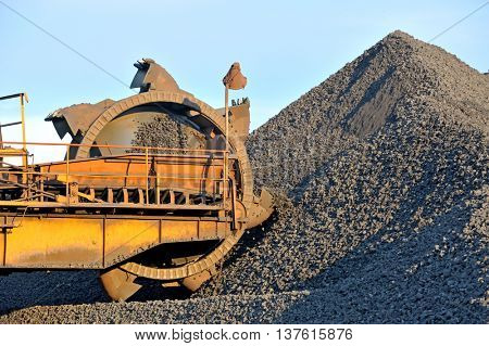 loading iron ore conveyor machine from the warehous