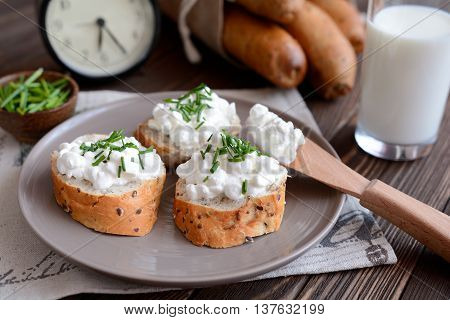 Cottage cheese with whole wheat rolls for breakfast