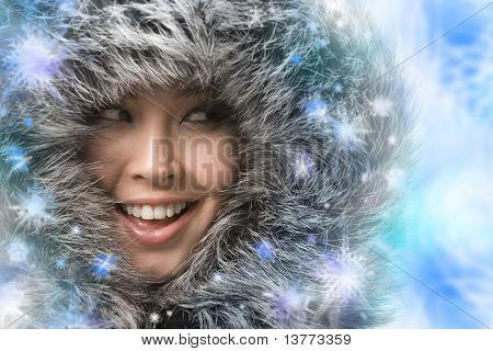 Foto creativa de risa mujer enmarcada por los copos de nieve