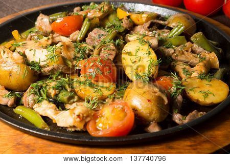 Prepared meat stew served on a frying pan